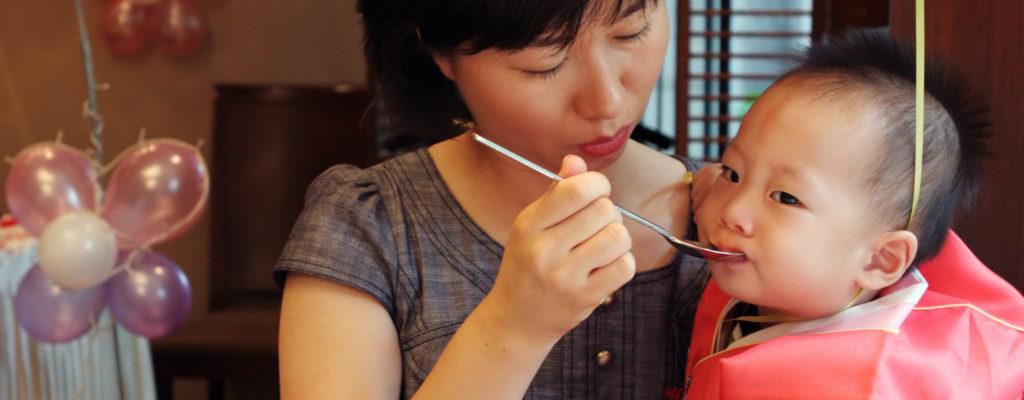 아기에게 너무 많이 먹이기 : 해로움과 단점