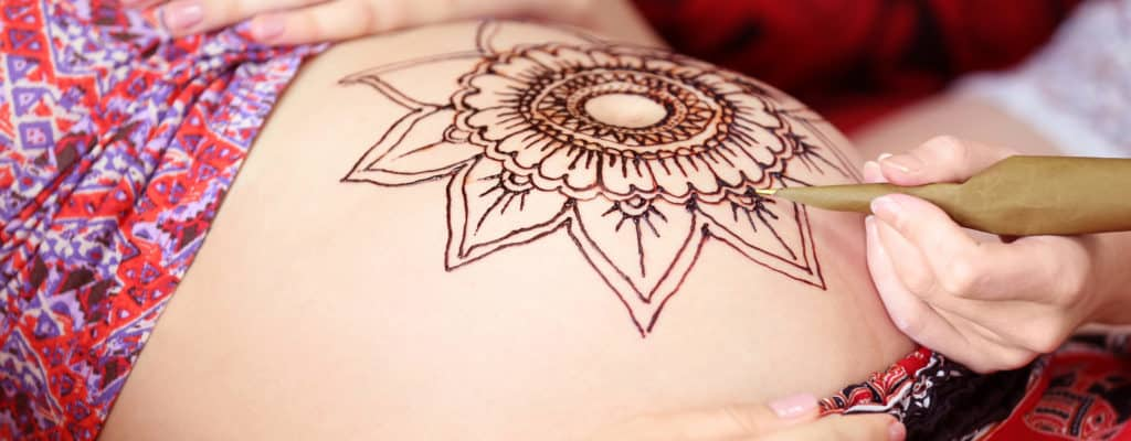 헤나를 그리거나 임신 중에 문신을해야합니까?