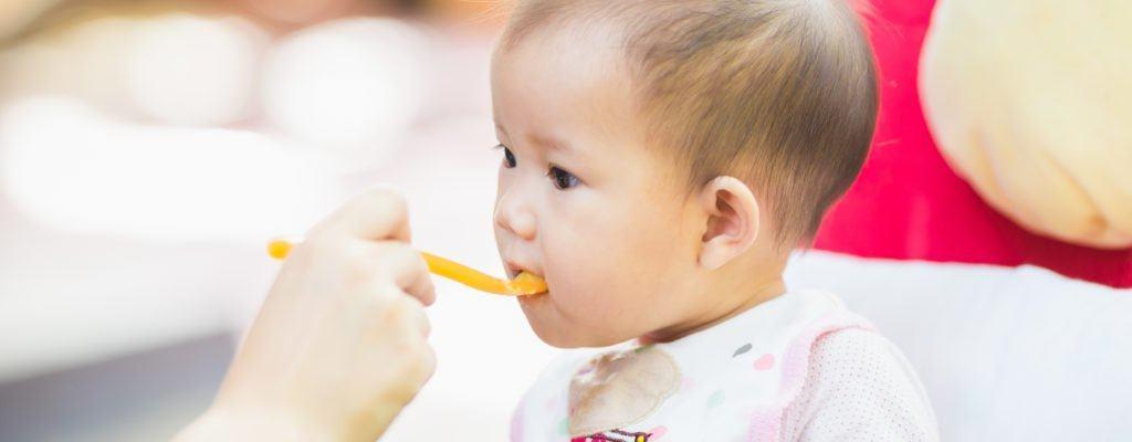 赤ちゃんの離乳:加工小麦粉と一緒に食べるべきですか、それともお母さんが自分で調理するべきですか?