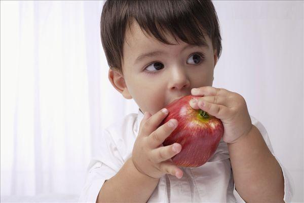 赤ちゃんの果物を与えるときに知っておくべきこと