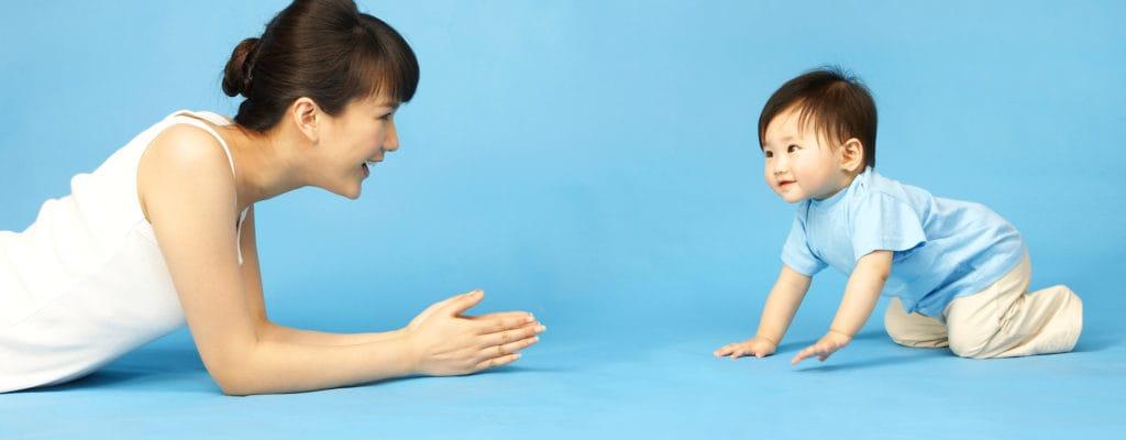 赤ちゃんが這い始める:子供の発達のマイルストーン