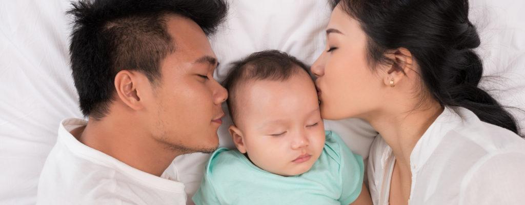 親と一緒に寝ている子供は利益か害か?