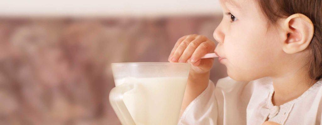 將您的寶寶從喝牛奶改為喝一杯