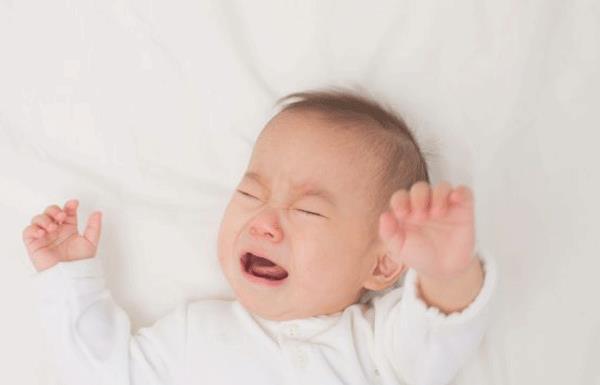 Bambino con febbre fredda alle mani e ai piedi: come gestirlo nel modo giusto?